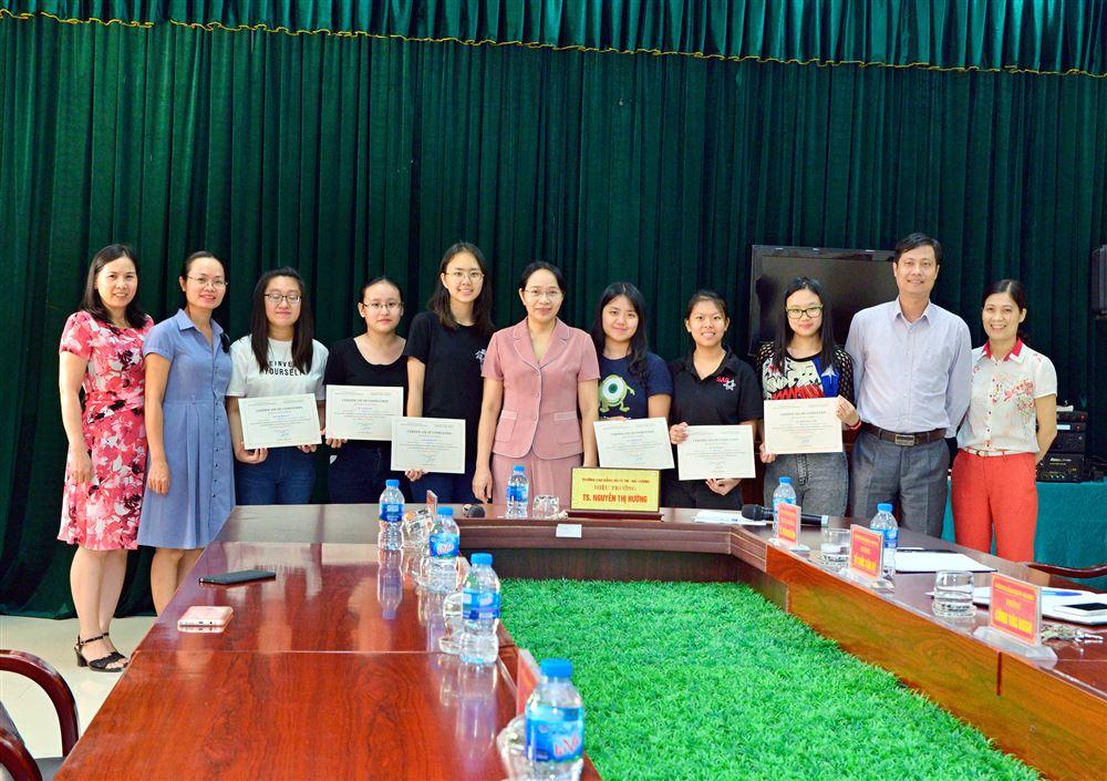 Tổng kết và trao chứng chỉ cho sinh viên Singapore...